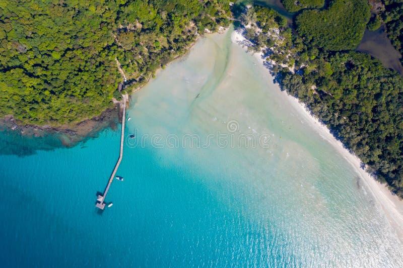 Océan de mer de ciel bleu et de turquoise à l'île près de Koh Kood à l'est de la Thaïlande photo stock