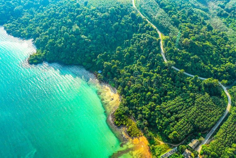 Océan de mer de ciel bleu et de turquoise chez Koh Kood East d'île de la Thaïlande image libre de droits
