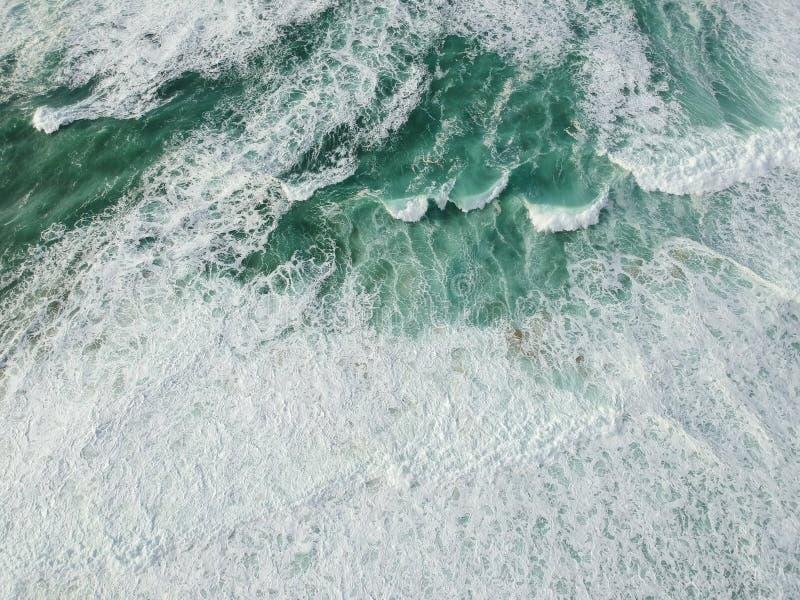 Océan de vue aérienne avec des vagues image stock