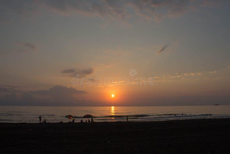 Océan du soleil de coucher du soleil paysage marin tranquille d'été le soleil lumineux d'été se reflétant dans les vagues photographie stock libre de droits