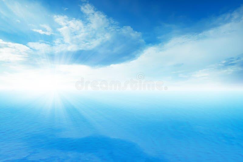 Océan et cloudscapes bleus sur le ciel bleu photographie stock libre de droits