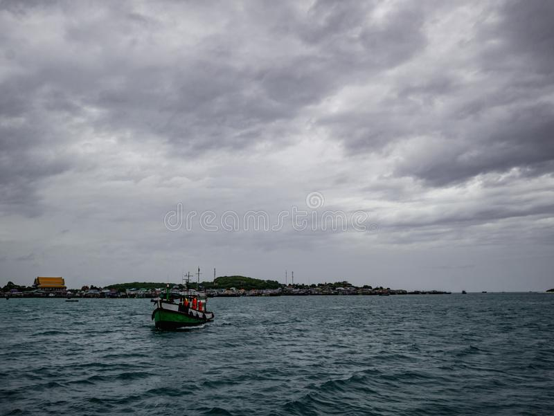 Océan idyllique étonnant et beau ciel avec la vue d'île photo stock