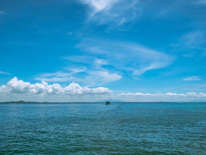 Océan idyllique étonnant et beau ciel bleu dans le temps de vacances images libres de droits