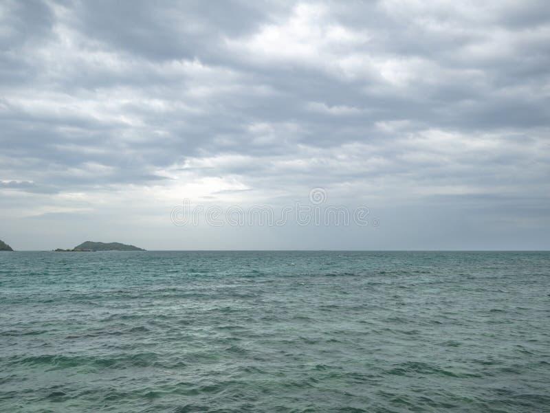 Océan idyllique étonnant et beau ciel dans le temps pluvieux photos stock