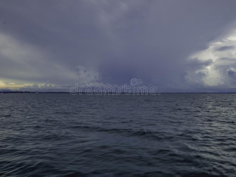 Océan idyllique étonnant et ciel nuageux avant la tempête photographie stock