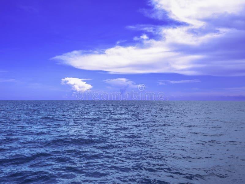 Océan idyllique étonnant et ciel nuageux avec l'horizon sans fin photos libres de droits