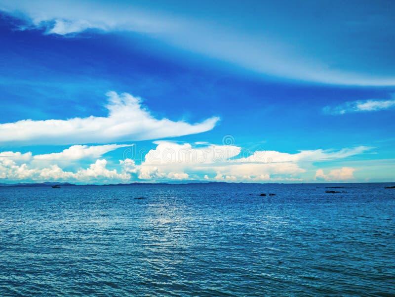 Océan idyllique étonnant et ciel nuageux avec l'horizon sans fin image stock