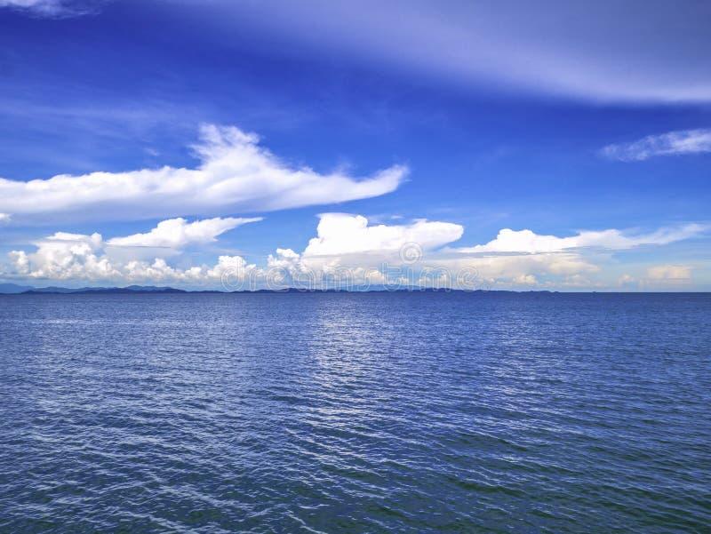 Océan idyllique étonnant et ciel nuageux avec l'horizon sans fin dans le VCA photo libre de droits