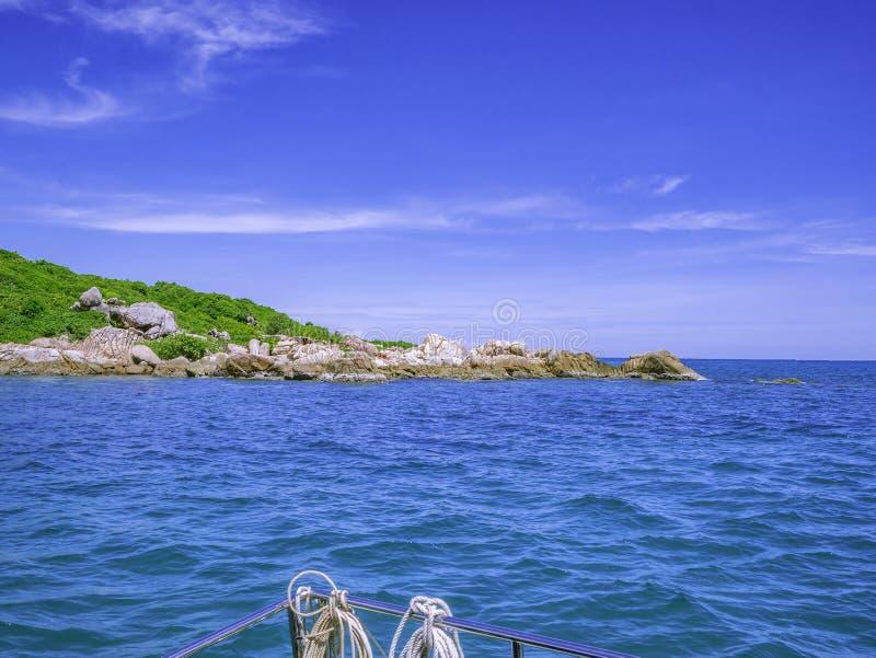 Océan idyllique étonnant et ciel nuageux avec la vue d'île photo stock