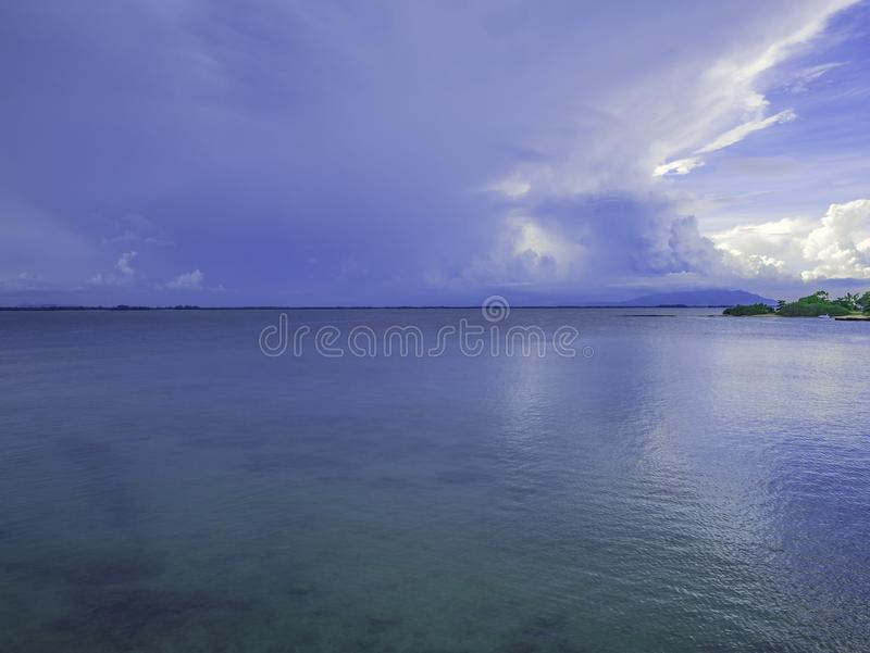 Océan idyllique étonnant et ciel nuageux avec la vue d'île dans le vacatio images libres de droits