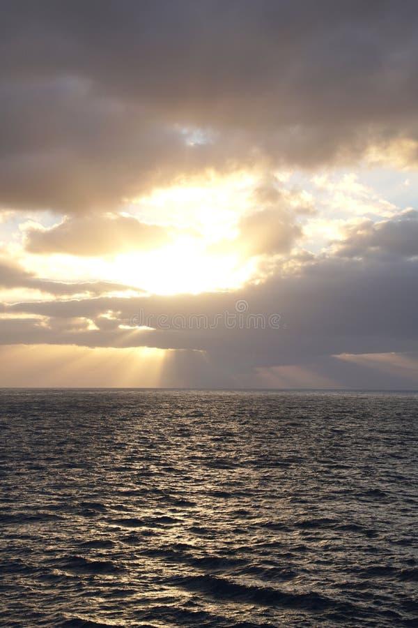 Océan magique Lever de soleil au-dessus de l'Océan atlantique Matin Vagues photographie stock libre de droits