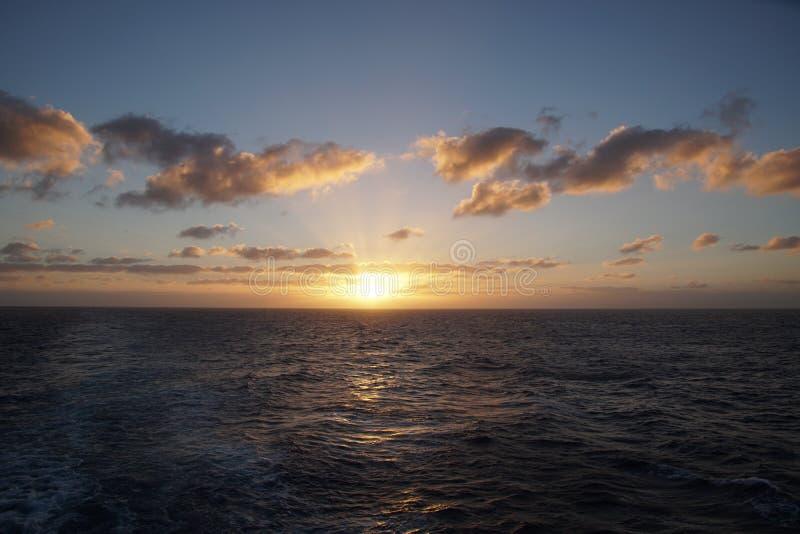 Océan magique Lever de soleil au-dessus de l'Océan atlantique Matin Vagues du ressac photos stock
