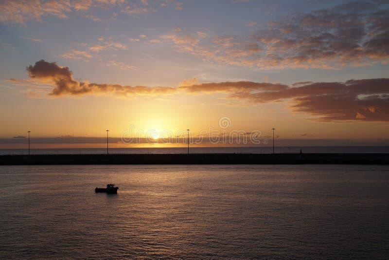 Océan magique Lever de soleil au-dessus de l'Océan atlantique Matin Vagues du ressac images libres de droits