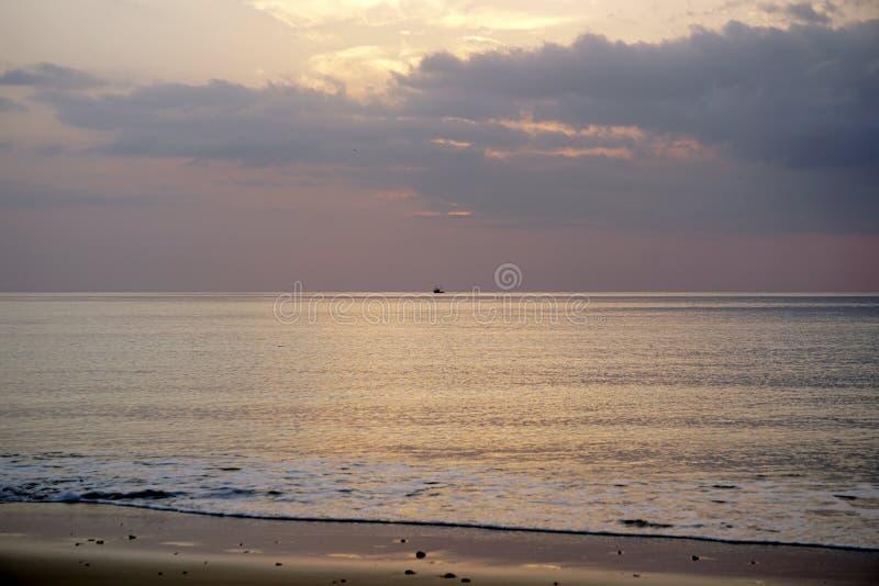Océan magique Lever de soleil au-dessus de l'Océan atlantique Matin Vagues du ressac Plage photographie stock