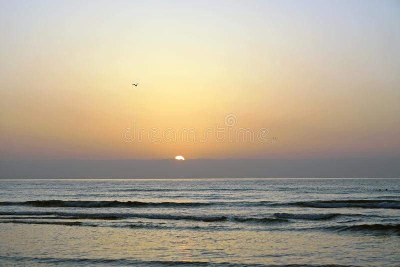 Océan magique Lever de soleil au-dessus de l'Océan atlantique Matin Vagues du ressac Plage image stock