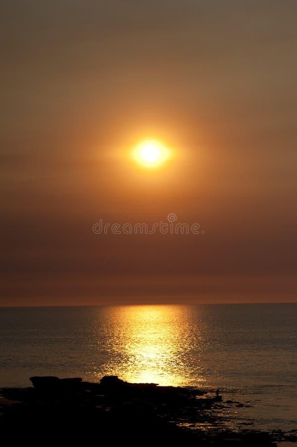 Océan romantique de coucher du soleil photographie stock libre de droits