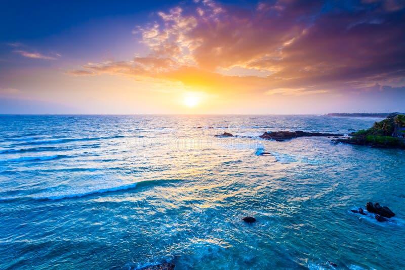 Océan sur le coucher du soleil images stock