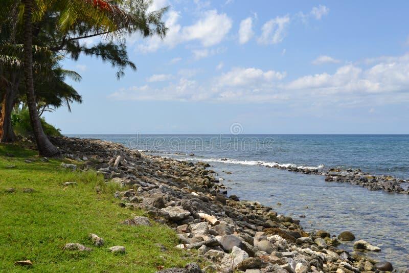 Océan tropical et plage rocheuse image libre de droits