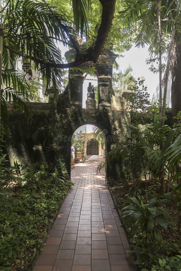 Océano al jardín del cruiseCourtyard del océano, Parroquia San Pedro Claver imagenes de archivo