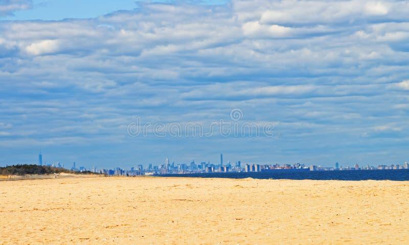 Océano Atlántico en Sandy Hook con la opinión sobre NYC fotografía de archivo