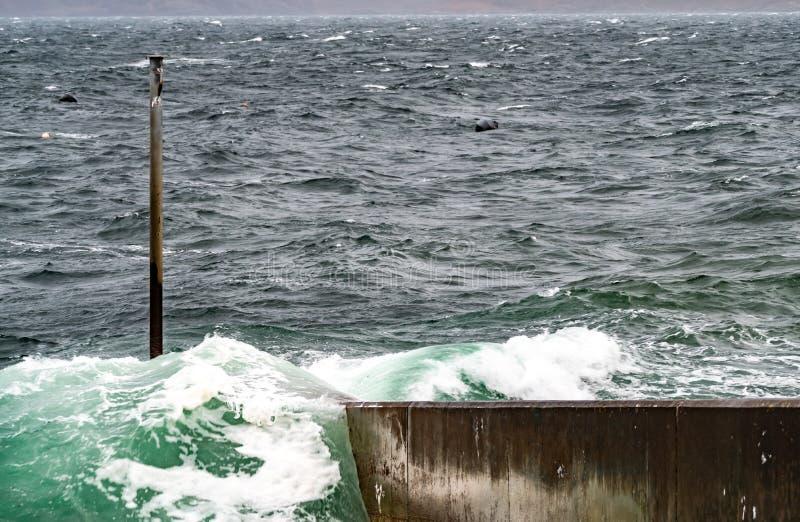 Océano Atlántico que salpica ondas contra el embarcadero en Escocia imagen de archivo libre de regalías