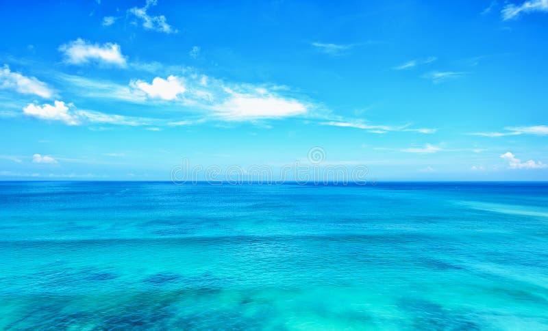Océano azul con horizonte del cielo azul imagenes de archivo