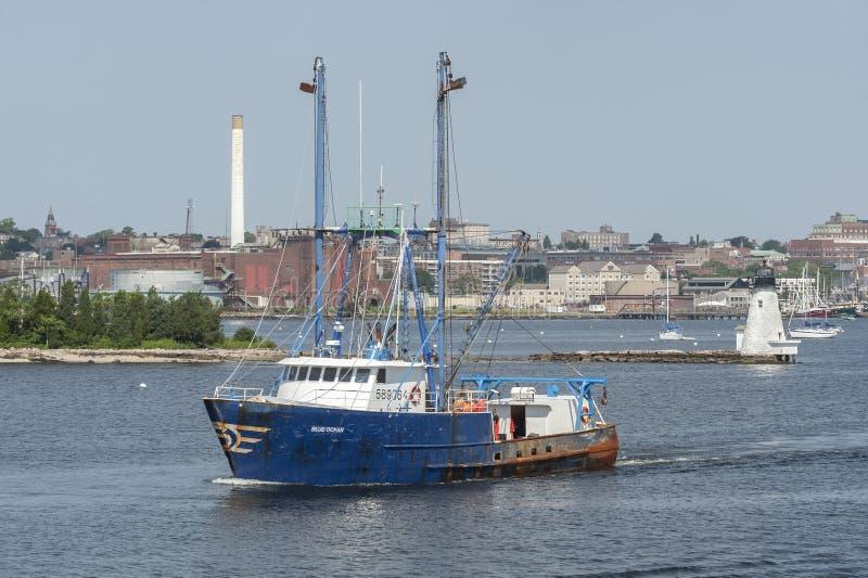 Océano azul de buque pesquero que sale de New Bedford fotos de archivo libres de regalías