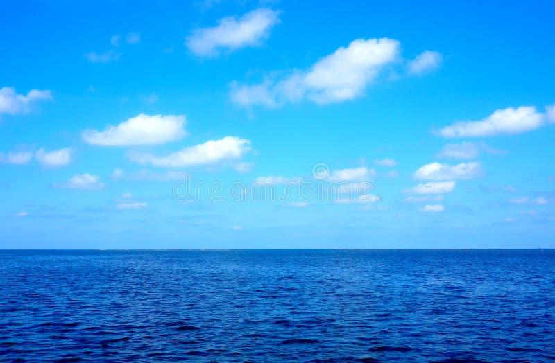 Océano azul que estira al infinito fotografía de archivo