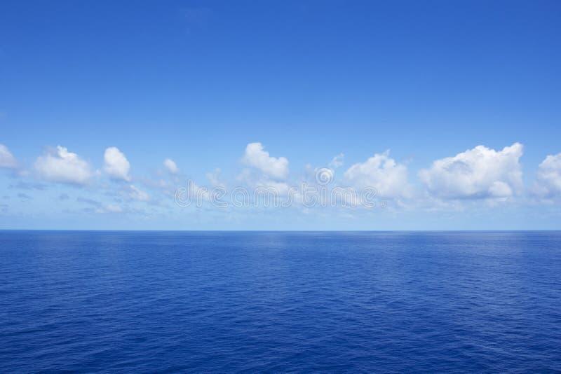 Océano azul vibrante tranquilo imagen de archivo libre de regalías