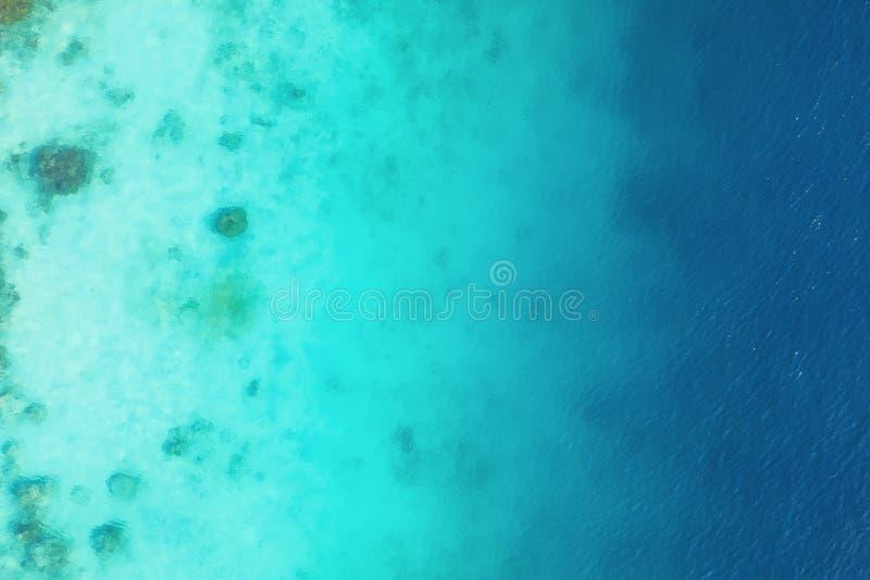 Oc?ano como fondo de la visi?n superior Fondo del agua de la turquesa de la visi?n superior Paisaje marino del verano del aire Is imágenes de archivo libres de regalías