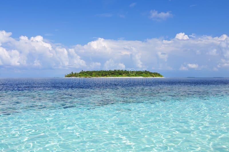 Océano con la isla foto de archivo