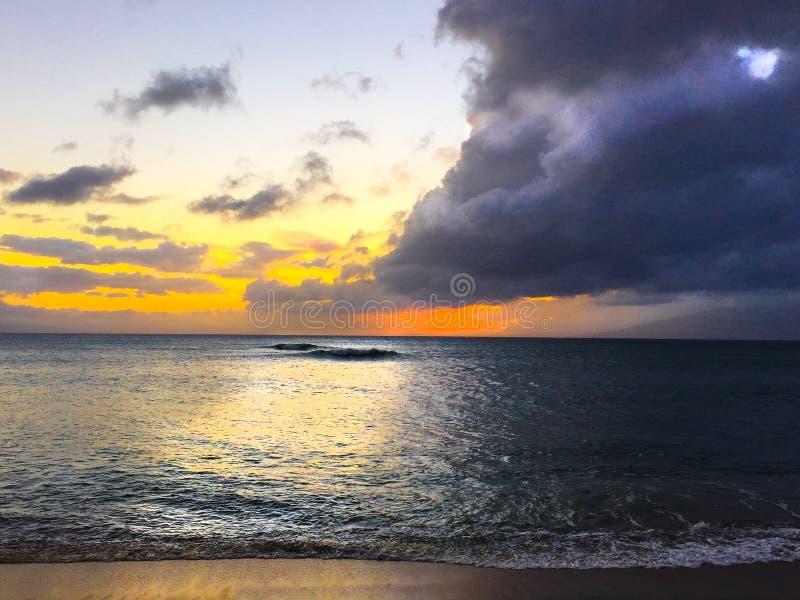 Océano de la puesta del sol de las nubes de tormenta imagenes de archivo