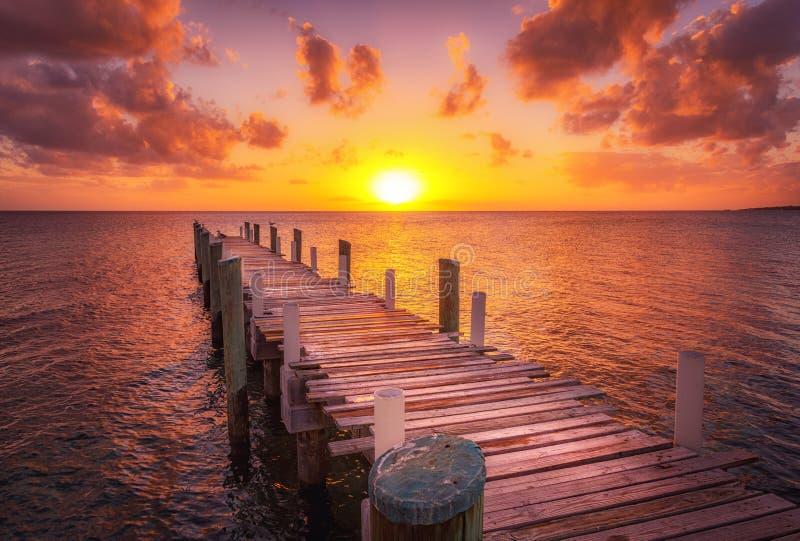Océano de la puesta del sol del muelle de Bahamas fotografía de archivo libre de regalías