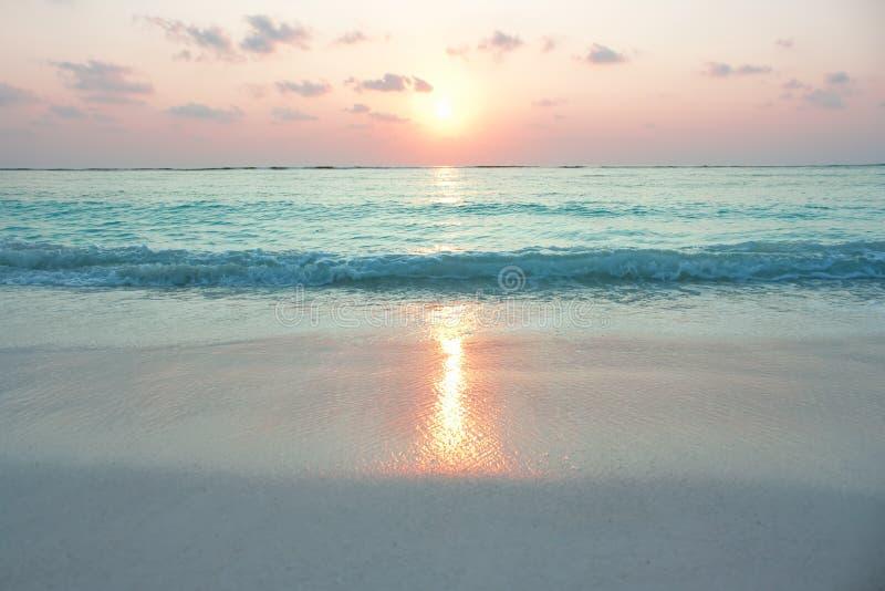 Océano De La Turquesa En Salida Del Sol Imágenes de archivo libres de regalías