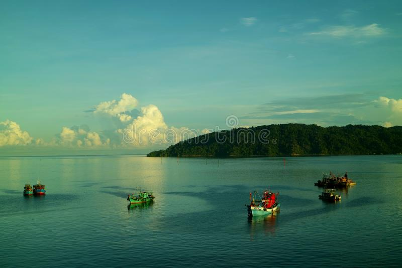 Océano e isla, visión desde la costa de Kota Kinabalu, Sabah imagen de archivo