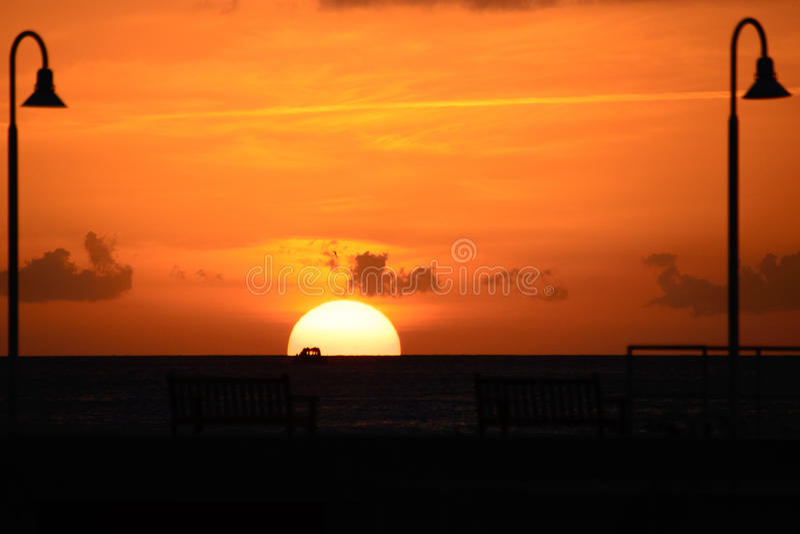 Océano en la puesta del sol imagenes de archivo