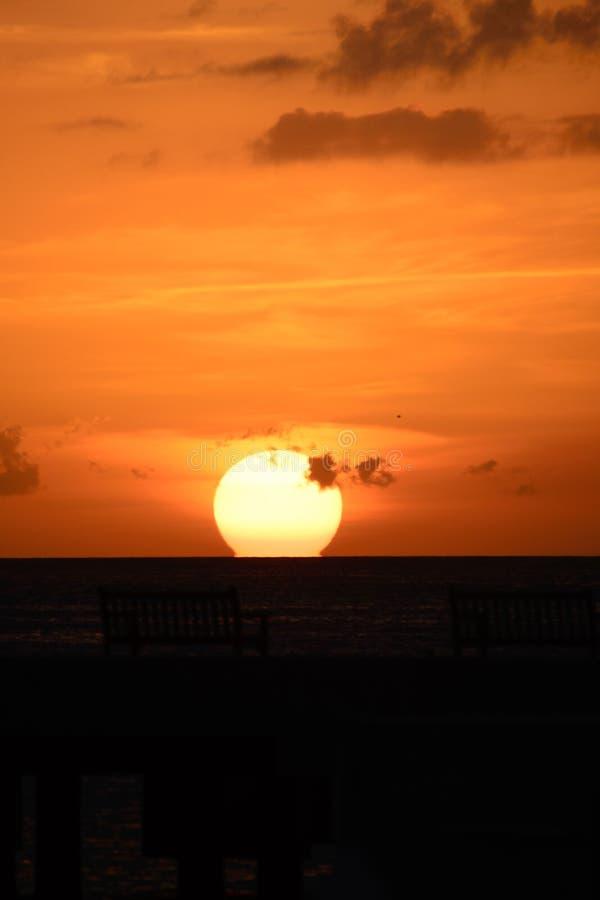 Océano en la puesta del sol imagen de archivo