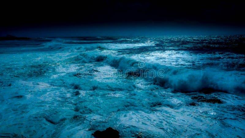 Océano en noche de la luna azul imágenes de archivo libres de regalías