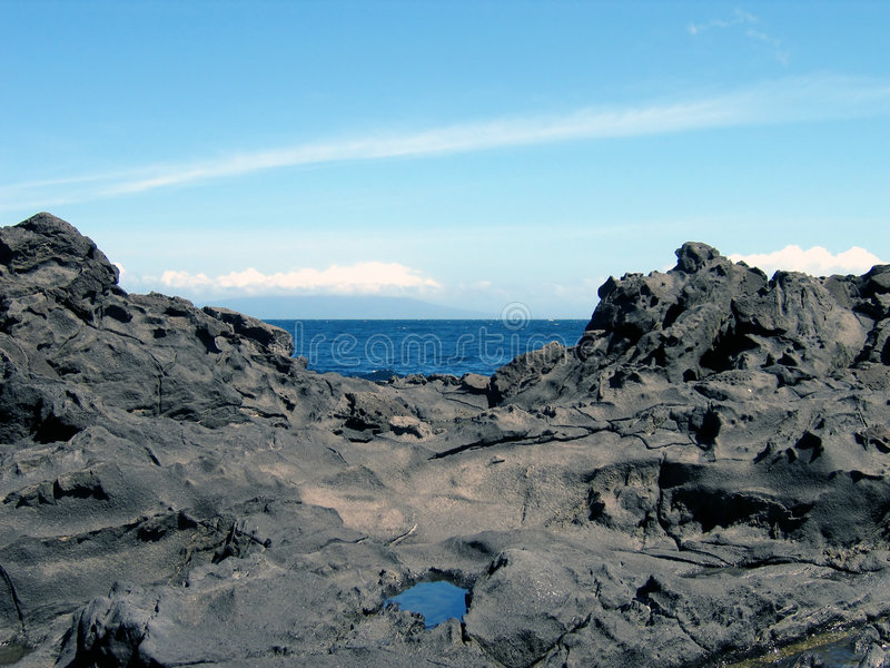 Océano entre las rocas fotos de archivo
