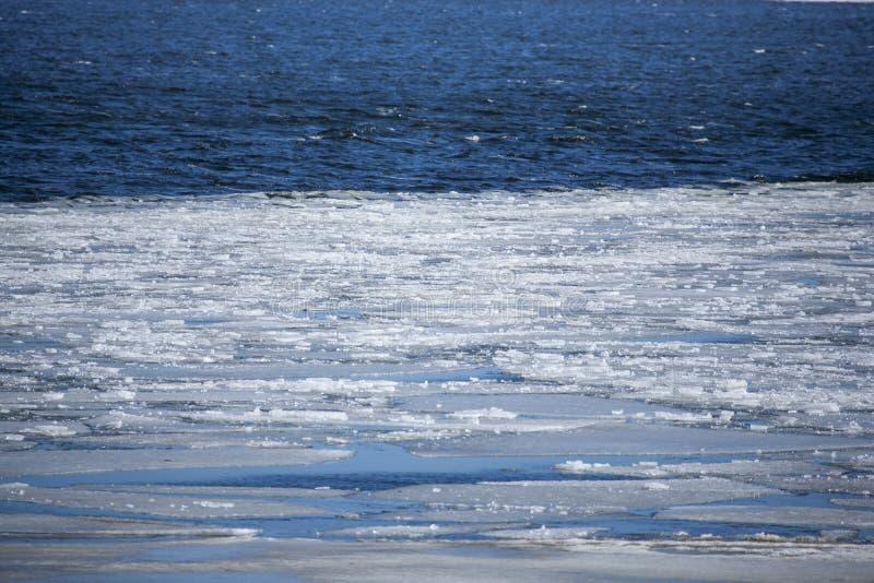 Océano frío con hielo en el agua imagenes de archivo