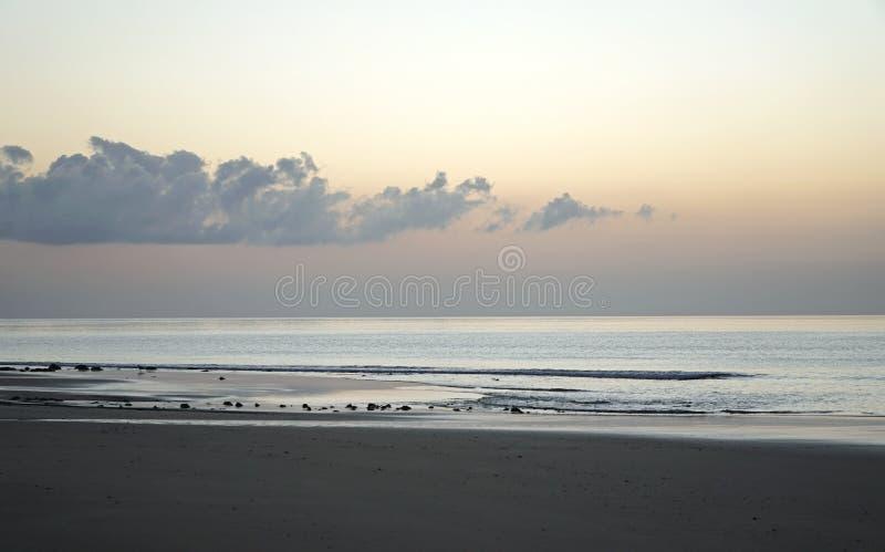 Océano mágico Salida del sol sobre el Atlántico Mañana Ondas de la resaca Playa foto de archivo libre de regalías