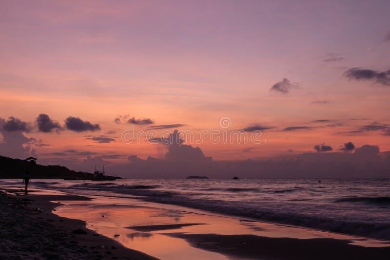 Océano púrpura del cielo y de la puesta del sol fotos de archivo