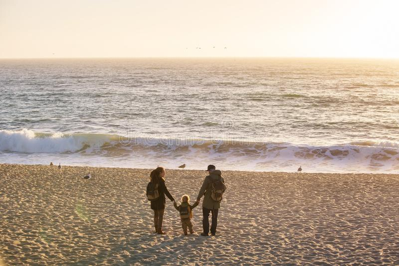 Océano Pacífico de la visita feliz de la familia en California imagen de archivo