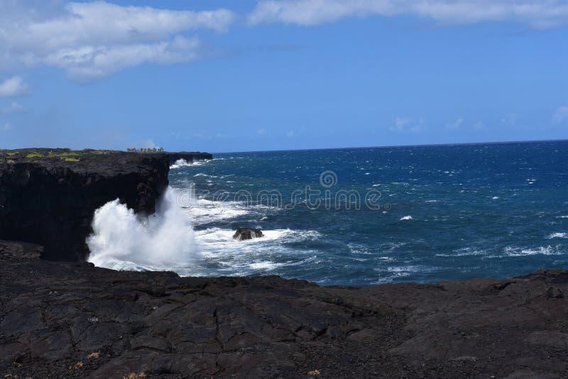 Océano Pacífico que se estrella contra los acantilados volcánicos en Hawaii foto de archivo libre de regalías