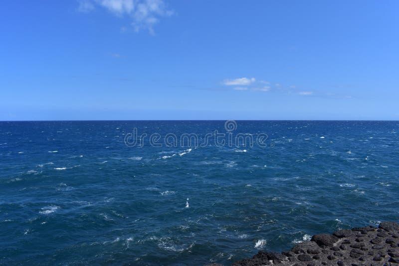Océano Pacífico que se estrella contra los acantilados volcánicos en Hawaii imagenes de archivo