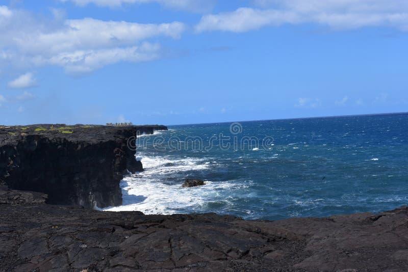 Océano Pacífico que se estrella contra los acantilados volcánicos en Hawaii fotografía de archivo libre de regalías