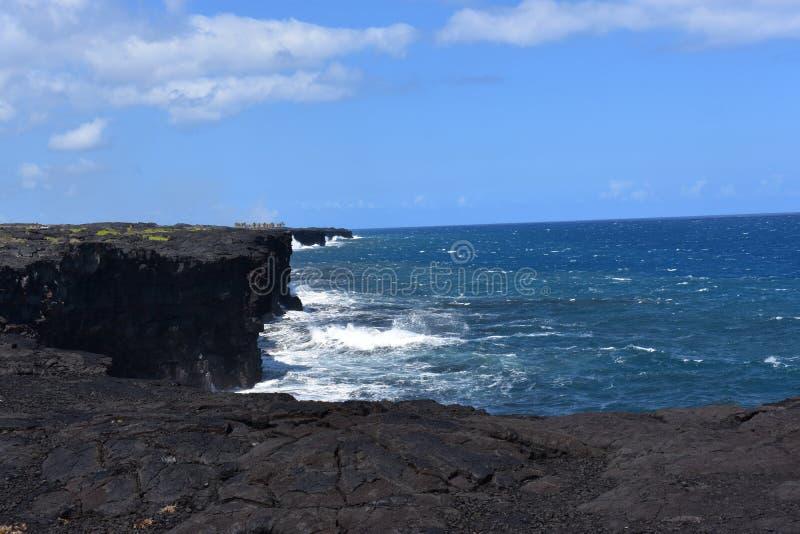 Océano Pacífico que se estrella contra los acantilados volcánicos en Hawaii fotografía de archivo