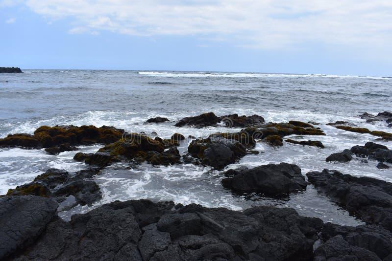 Océano Pacífico que se estrella contra los acantilados volcánicos en Hawaii fotos de archivo libres de regalías