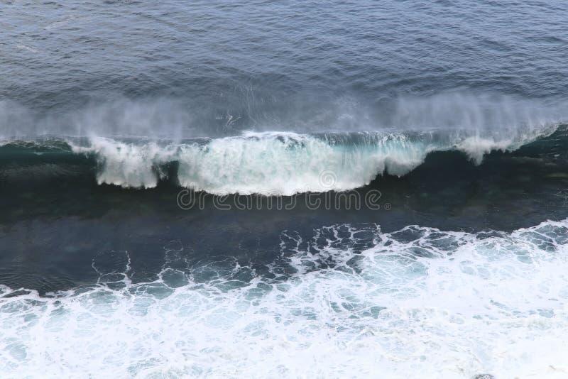 Océano que dice con excesiva efusión azul Las ondas de la forma del océano mucha espuma blanca fotos de archivo