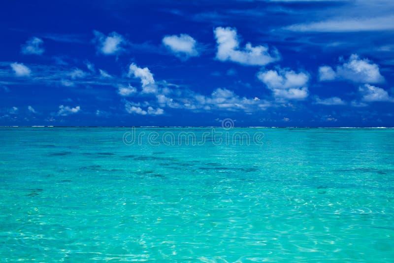 Océano tropical con el cielo azul con colores vibrantes fotografía de archivo libre de regalías